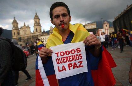 Colombia.- Un maratón de besos, protagonista de la quinta jornada consecutiva de protestas en Colombia