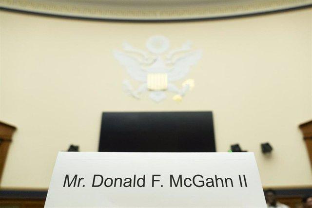 Cartel con el nombre del exabogado de la Casa Blanca Don McGahn que se negó a testificar ante el Congreso.