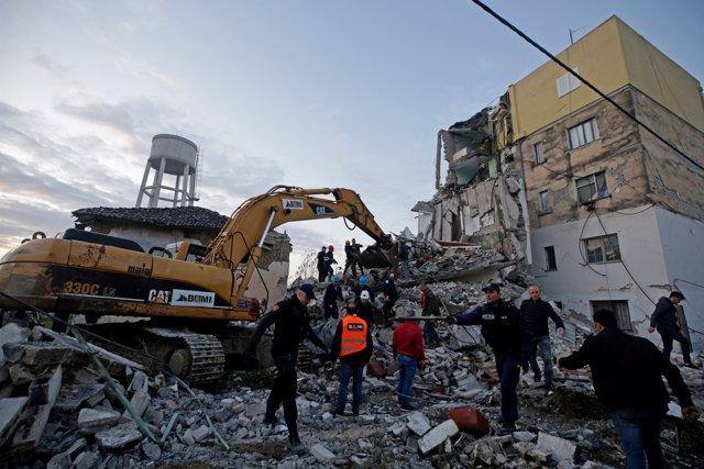 Un terremoto de magnitud 6,4 en la escala Richter ha sacudido la madrugada de este martes la capital de Albania, Tirana