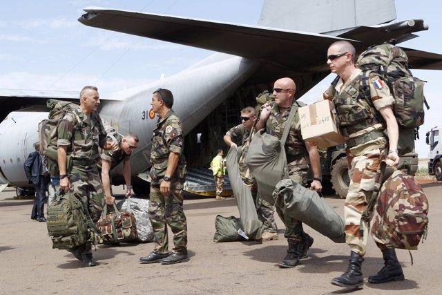 Militares franceses trasladados por el avión 'Hércules' en Malí