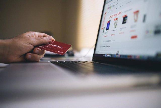 Compra con tarjeta en una página web de comercio electrónico.