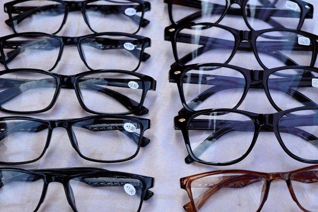Imagen de gafas premontadas, de cuyo uso han advertido los ópticos-optometristas frente a a las gafas personalizadas.