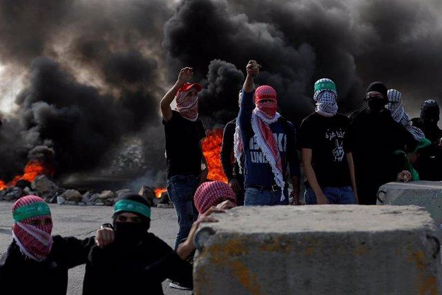 Manifestantes palestinos durante las últimas jornadas de protesta del 'Día de la Ira', tras las últimas decisiones de Estados Unidos en la región de considerar que los asentamientos israelíes no violan los tratados internacionales.