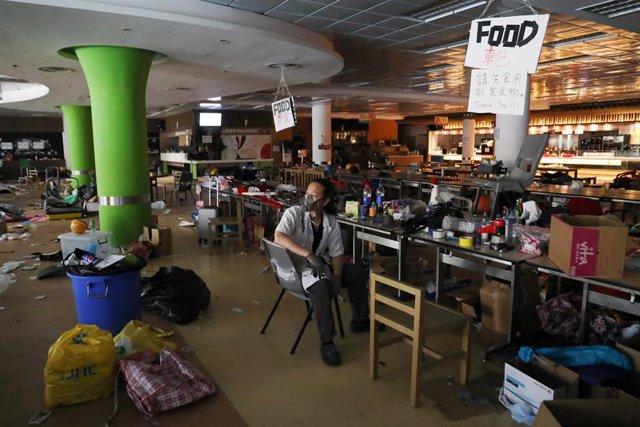 Cafetería de la Universidad Politécnica de Hong Kong en medio de las protestas