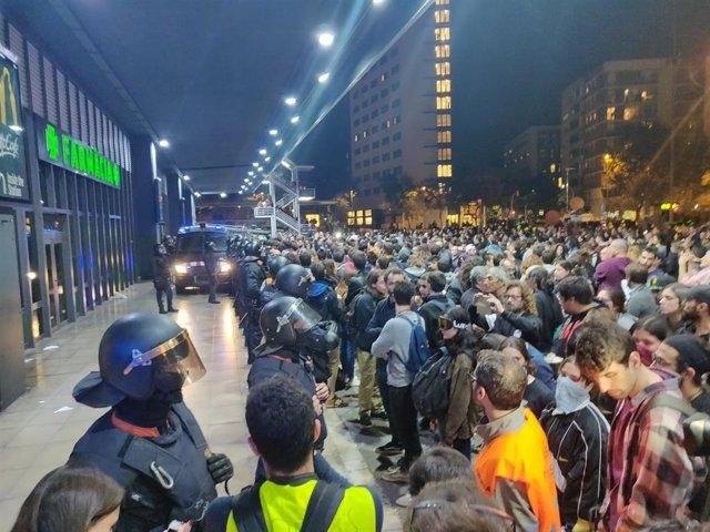 Tensió entre manifestants dels CDR i els Mossos a l'estació de Sants de Barcelona