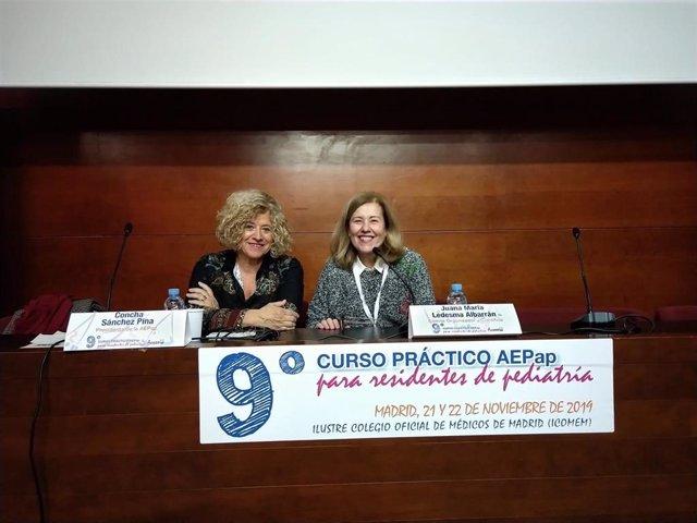 A la izquierda, la Dra. Concha Sánchez Pina, presidenta de AEPap; a la derecha, la Dra. Juana María Ledesma, una de las coordinadoras del curso.