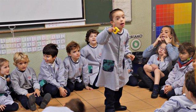 El pequeño Enol (de pie), con sus compañeros de la clase de Primaria del colegio Cardenal Spínola de Madrid que ha protagonizado la nueva campaña de Down España.