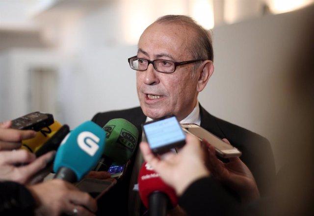 L'ex-secretari general del Partit Socialista d'Euskadi, Nicolás Redondo de la plataforma 'La España que reúne' ofereix declaracions als mitjans de comunicació després de la presentació d'un manifest contra l'acord PSOE-Podem.