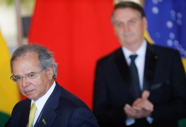 El ministro de Economía de Brasil, Paulo Guedes. En segundo plano, el presidente Jair Bolsonaro.