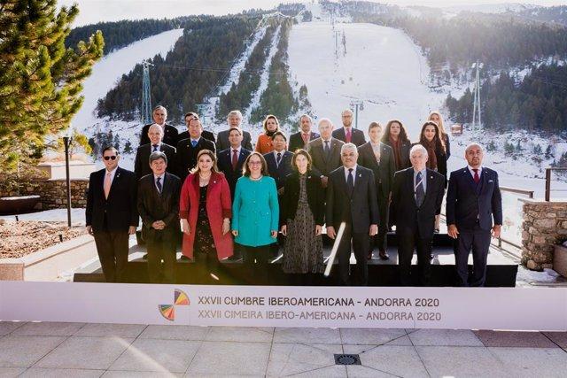 Fotografia oficial de família dels representants dels països assistents a la reunió ministerial preparatòria de la Cimera Iberoamericana 2020.