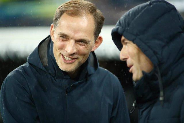 Thomas Tuchel, entrenador del PSG, charla con Zinedine Zidane antes del partido