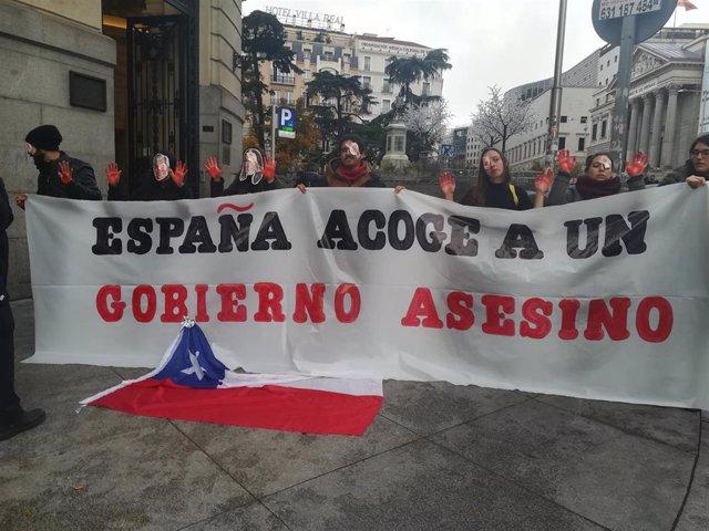 Un grupo de chilenos se concentra frente al Hotel Westin Palace de Madrid