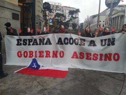 Chile.- Un grupo de chilenos se concentra frente al Hotel Palace para quejarse del Gobierno chileno en materia ambiental
