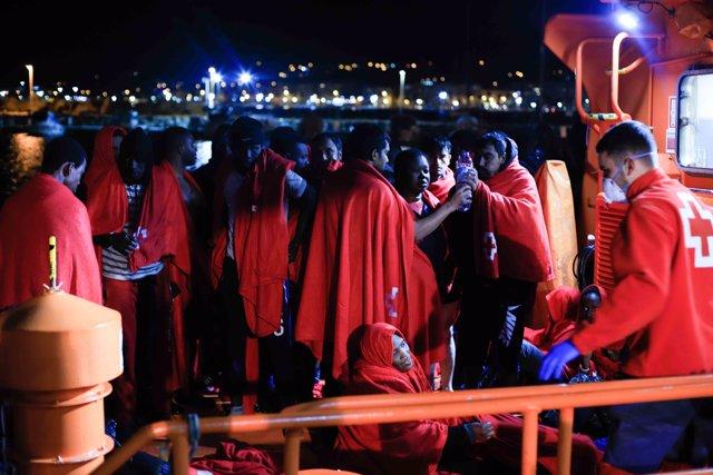 Imagen de inmigrantes de la patera rescatada en Melilla tras varias  muertes