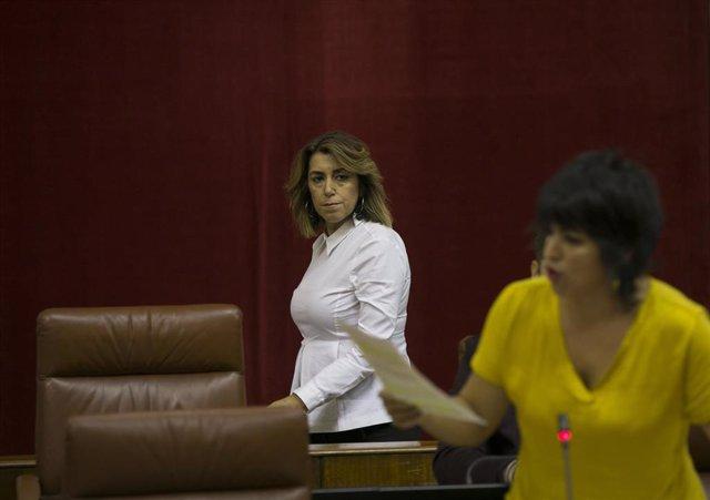 La secretaria general de PSOE-A, Susana Díaz (i), durante la intervención de la lider de Adelante Andalucía, Teresa Rodríguez (d) durante la sesión de control al gobierno del Parlamento andaluz