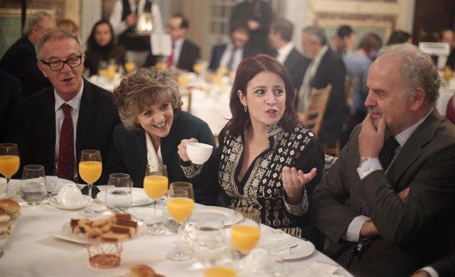 La portavoz parlamentaria del PSOE, Adriana Lastra, conversando en un desayuno de trabajo