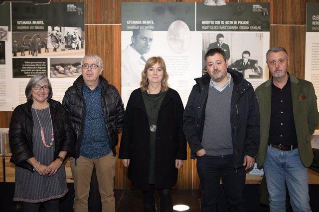 La presidenta de CERMIN, Mariluz Sanz, el director del Instituto Navarro de la Memoria, Josemi Gastón, la consejera Ollo, el representante de Pinel Berlín, Silvan Vera Chafer, y el director general de Paz, Convivencia y Derechos Humanos, Martín Zabalza.