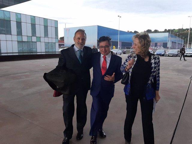 El presidente de Puertos del Estado, Salvador de la Encina, junto al presidente de la Autoridad Portuaria de Gijón, Laureano Lourido, y la directora general de Energía, Minería y Reactivación del Principado, María Belarmina Díaz