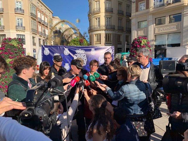 La subdelegada del Gobierno en Málaga, María Gámez, atiende a los medios de comunicación