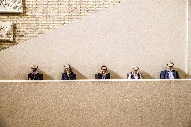Visitantes del Neues Museum en Berlín con gafas de Realidad Virtual (VR)
