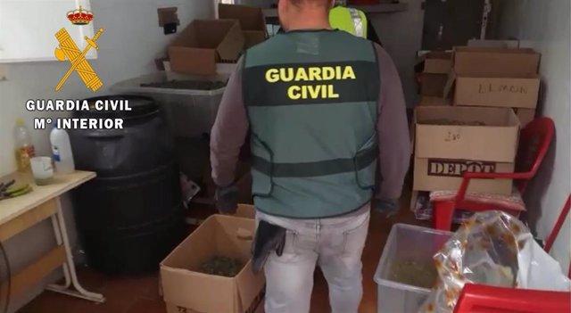Agente de la Guardia Civil en el almacén distribuidor de droga localizado en Viator (Almería)