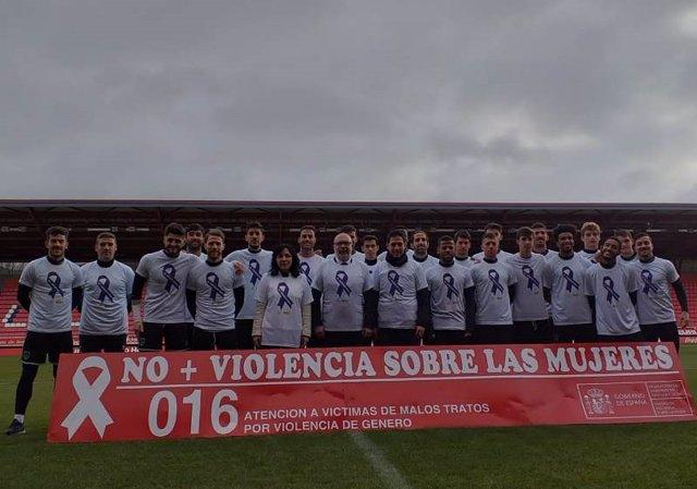 Los jugadores del Numancia posan junto a Miguel Latorre con la camiseta contra la violencia de género.