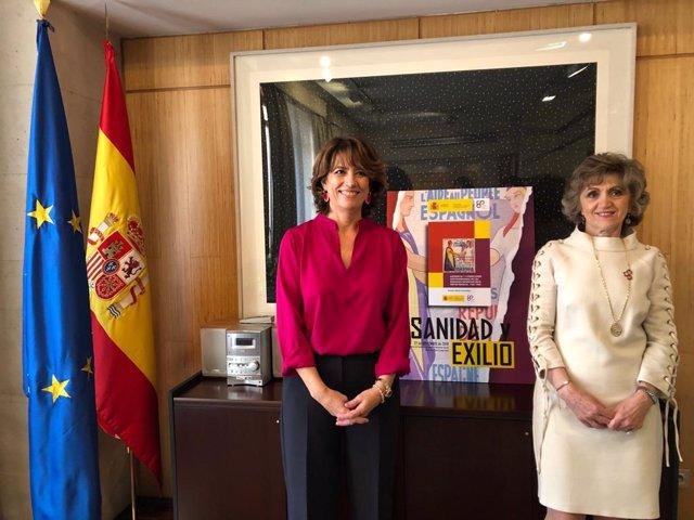 De izq a dcha: la ministra de Justicia, Dolores Delgado, y la ministra de Sanidad, María Luisa Carcedo, durante el acto 'Sanidad y Exilio', celebrado este miércoles 27 de noviembre para conmemorar el 80 aniversario del exilio republicano español
