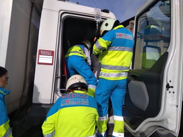 Sanitarios del Summa atienden a uno de los heridos en un alcance múltiple en Fuenlabrada