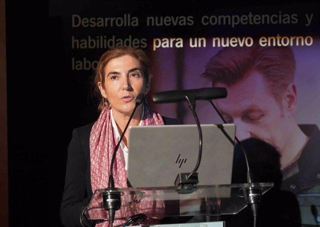 La consejera de Empleo, Formación y Trabajo Autónomo, Rocío Blanco, presenta la nueva aplicación 'AppSAE' en un acto en Sevilla.