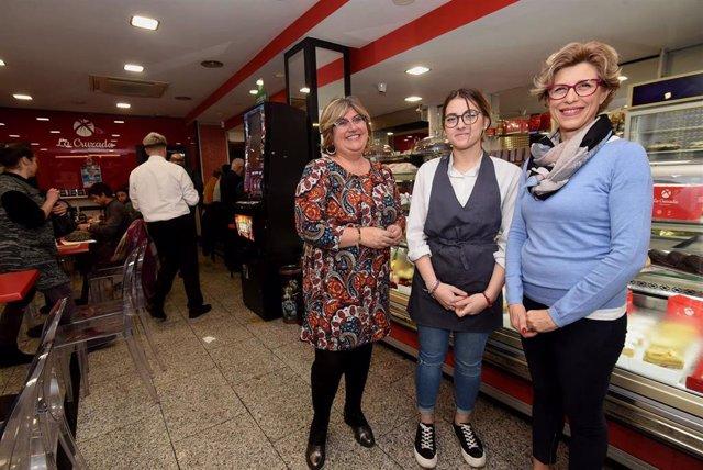 Imagen de la visita de la diputada provincial Ana Muñoz a la pastelería 'La Cruzada'