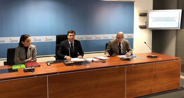 Fernández Carriedo (en el centro de la imagen) comparece para exponer las iniciativas de la Junta para hacer frente a la desaceleración.