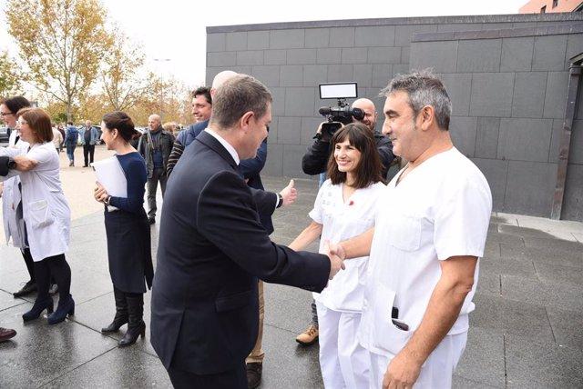 Emiliano García-Page en una visita al hospital de Ciudad Real.