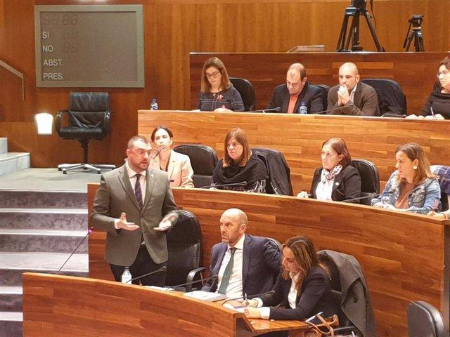 El presidente Adrián Barbón responde a las preguntas de los grupos en la Junta General en una imagen de archivo.