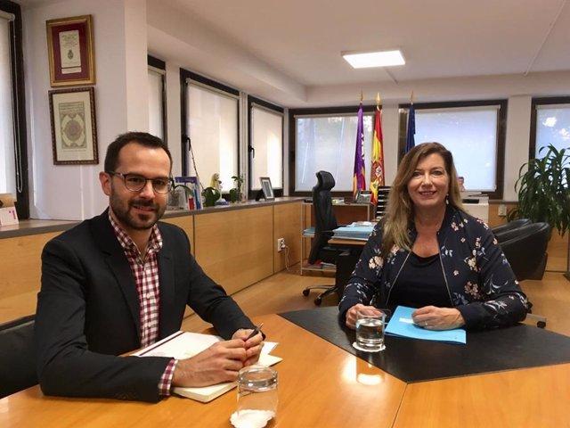 Alcalde de Mahón, Héctor Pons, y consellera de Salud, Patricia Gómez