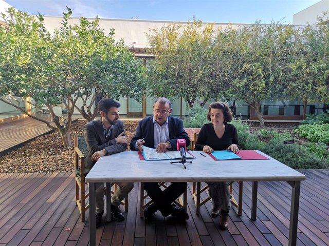 La consellera de Asuntos Sociales y Deportes del Govern, Fina Santiago, y el alcalde de Calvià, Alfonso Rodríguez, han firmado este miércoles un convenio para la construcción de un centro de día