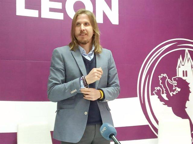 El secretario general de Podemos en Castilla y León, Pablo Fernández, en la sede de la formación en León.