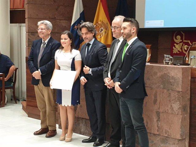 La consejera de Turismo del Gobierno de Canarias, Yaiza Castilla, recibe el premio de transparencia de Hecansa