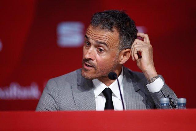 Luis Enrique gesticula durante la rueda de prensa de presentación como seleccionador nacional