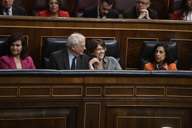 El ministro de Asuntos Exteriores, Unión Europea y Cooperación, Josep Borrell Fontelles, sonríe junto a la ministra de Justicia, Dolores Delgado.