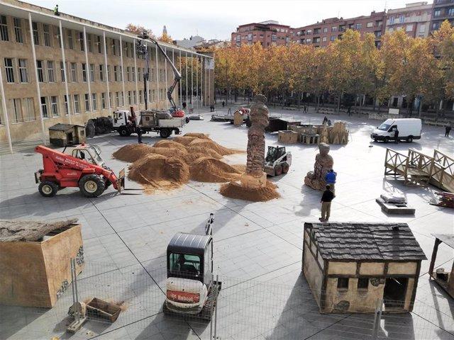 Se está montando ya el Belén Monumental en la Plaza del Ayuntamiento de Logroño, una instalación que se abrirá con más superficie el próximo 18 de diciembre.