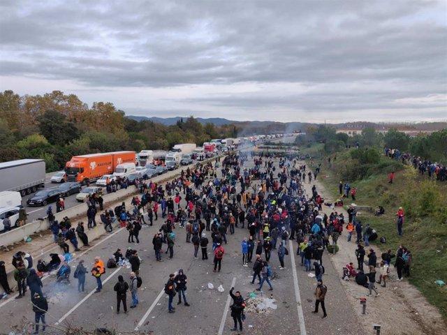 Manifestantes concentrados en la AP-7 a la altura de Salt (Girona) convocados por Tsunami Democràtic en respuesta del fallo del 1-O