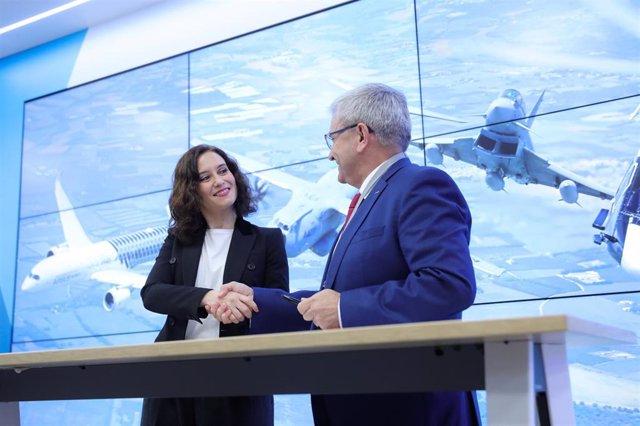La presidenta de la Comunidad de Madrid, Isabel Díaz Ayuso, y el presidente de Airbus Operations, Manuel Huertas, se dan la mano tras la firma del convenio para incorporar nuevos ciclos formativos de FP Dual, en Getafe (Madrid)