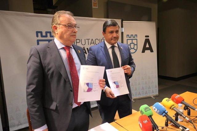 El vicepresidente de la Diputación de Ávila, Pedro Cabrero, y el presidente, Carlos García, presentan los presupuestos para 2020.
