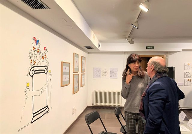 Ana Redondo y Peridis charla tras la presentación de la exposición de la obra del humorista gráfico en la sala de exposiciones de la Casa Revilla de Valladolid.