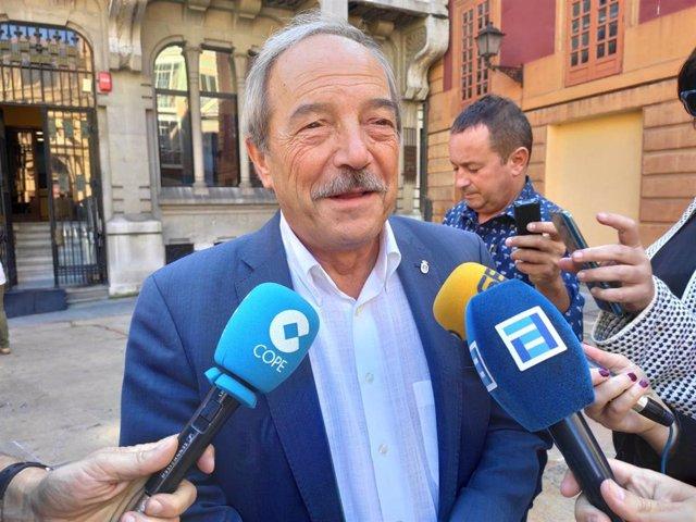 El portavoz del PSOE en Oviedo, Wenceslao López, atiende a los medios.