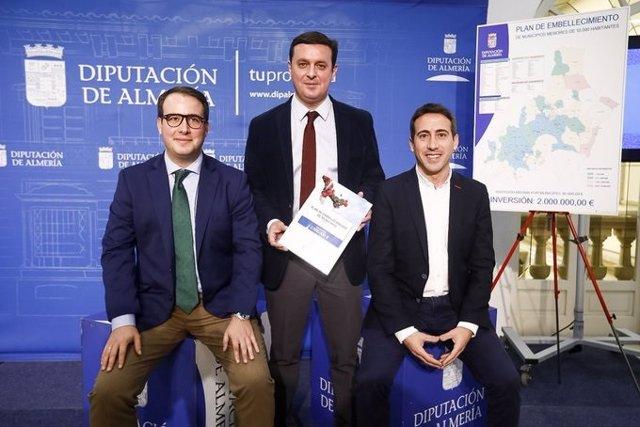 El presidente de Diputación, Javier Aureliano García, junto a los diputados Fernando Giménez y Óscar Liria, presentan el Plan de Embellecimiento de municipios