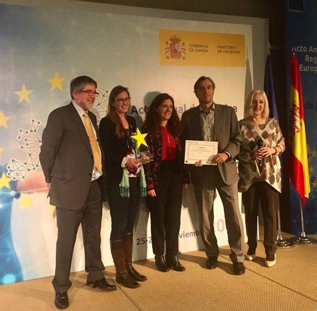 El director general de Fondos Europeos del Govern, Félix Pablo Pindado, y la investigadora de la UIB Mar Leza recogen el segundo premio de proyectos cofinanciados con fondos Feder
