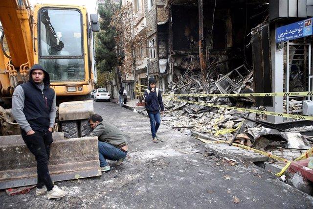 Personas caminan en las calles de Therán tras una protesta