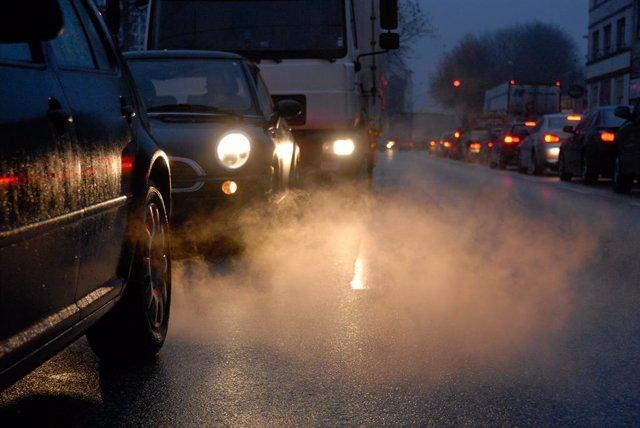 Imatge de la contaminació emitiada pels vehicles en un cas urb remesa per Greenpeace