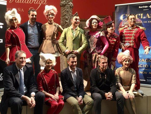 Foto de familia de 'Circlassica' con los actores, el director artístico, Emilio Aragón, el CEO de Productores de Sonrisas, Manuel González y el director de Marketing de Ibercaja, Nacho Torre
